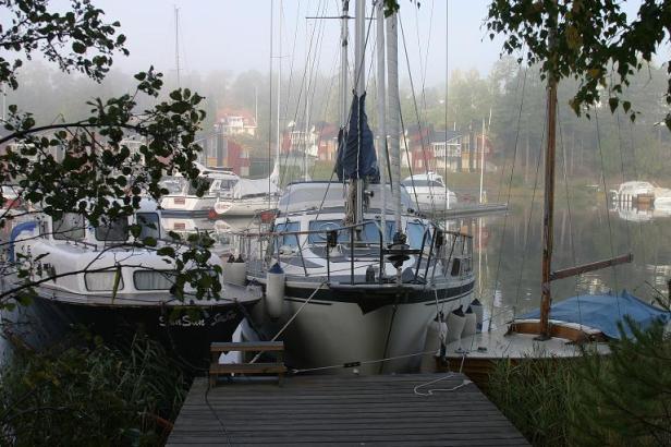 3 båtar dimma fören bryggan[6777]